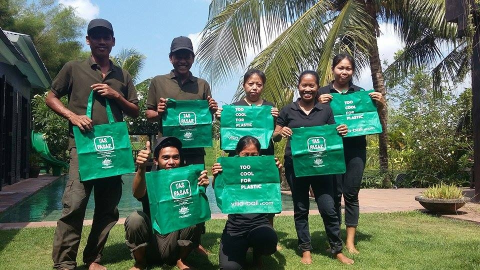 Distribution of Bali Villa Finder's reusable bags in Villa Sajak, Kuning an Jeruk. Join the GECO mouvement